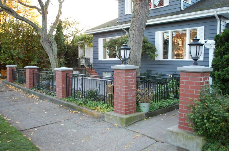 Landscaping-Ideas-For-Front-Yard-With-Bricks