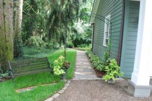 Landscaping-Ideas-For-A-Sloped-Side-Yard