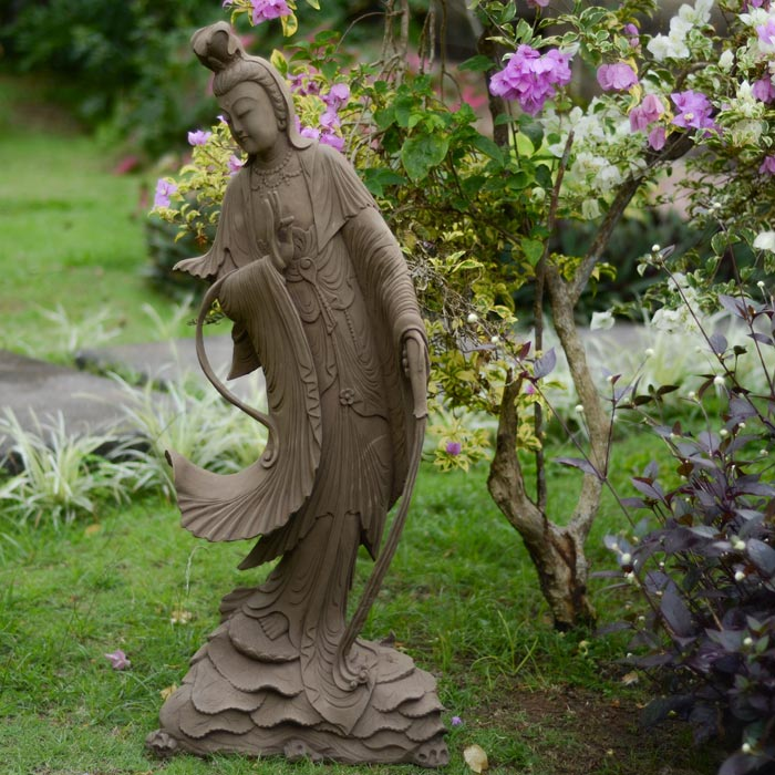 Resin Garden Statues Look Plausible And Add Unique Classic Feel To ...